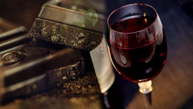 Čaša vina, kocka čokolade